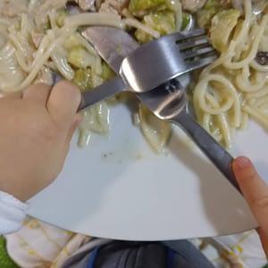 Usar garfo e faca autonomia criança