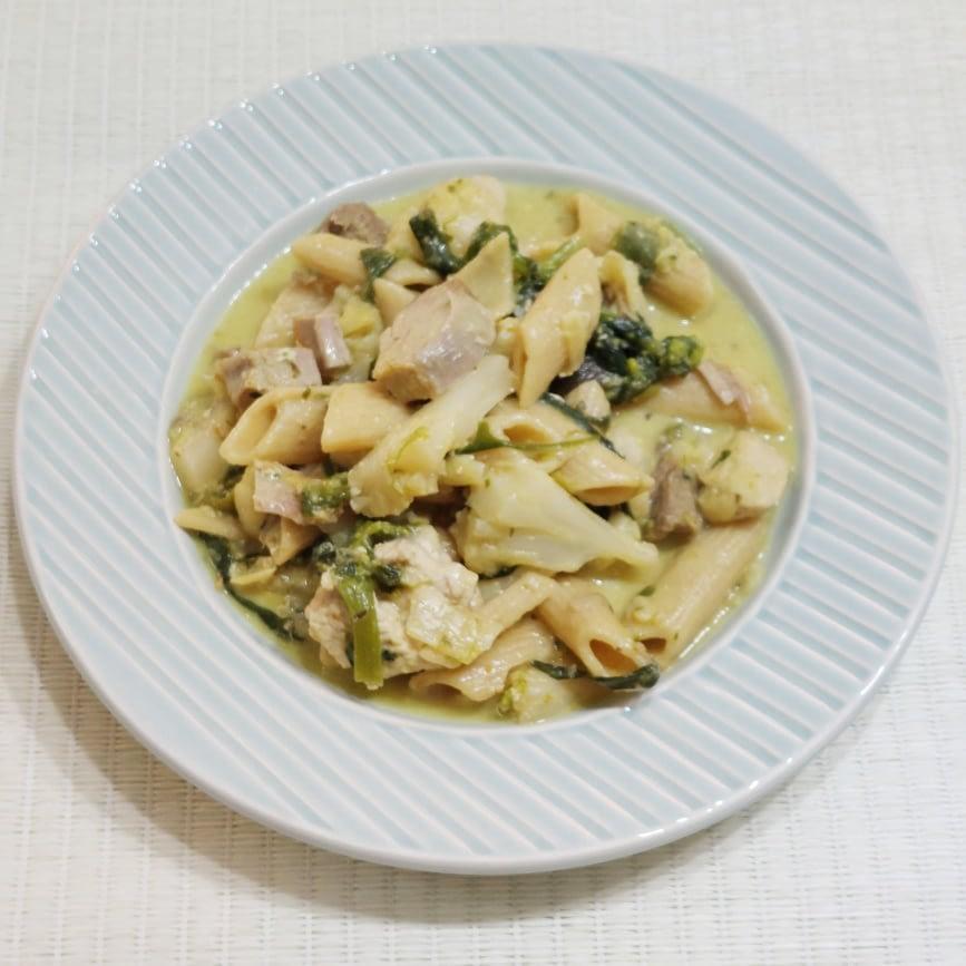 Estufado saudável de frango, macarrão, couve flor e brócolos e rúcula